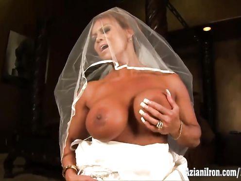 Смуглая невеста дрочит киску вибратором в свадебном платье