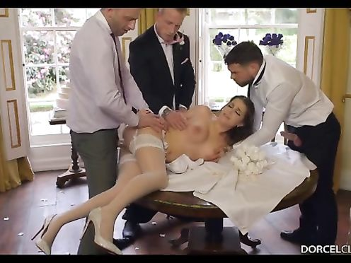 Жених разрешил молодым друзьям выебать невесту