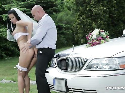 Невеста потрахалась с водителем по дороге на свадьбу