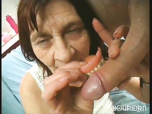 Молодой паренек трахнул 85 летнюю бабку