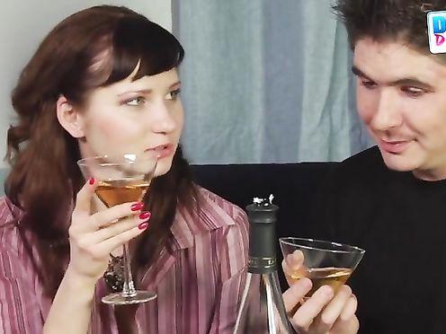 Напоил подругу крепленым вином чтобы трахнуть