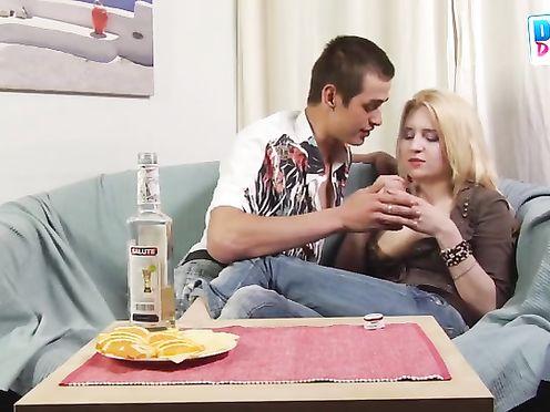Девушка бурно кончает от пьяного секса