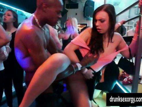 Пьяная жена трахается с негром стриптизером в клубе