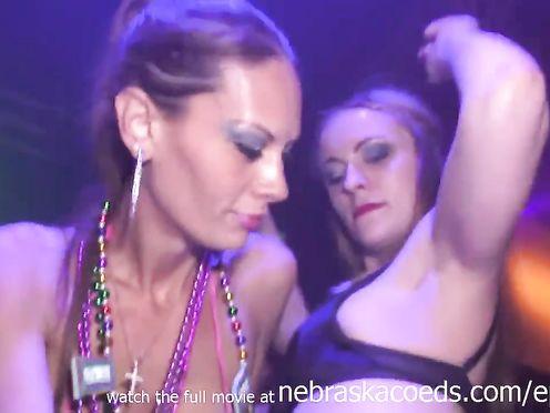 Пьяные девушки танцуют голыми на девичнике в клубе