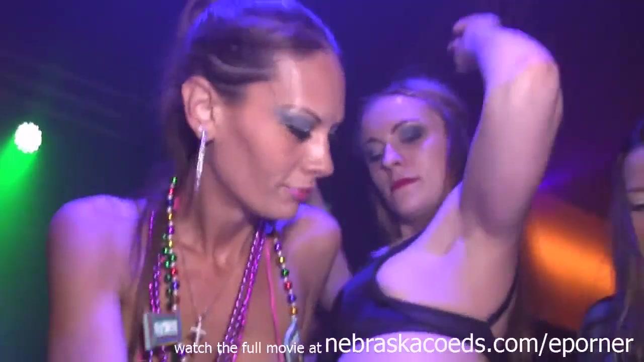 �� Пьяные девушки танцуют голыми на девичнике в клубе - порно видео ...
