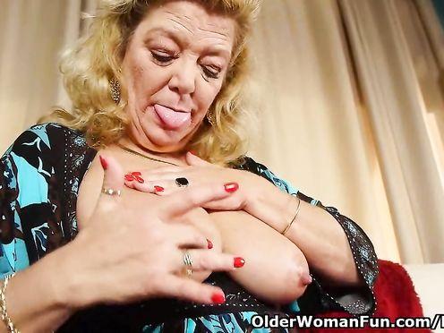 Старушка сцеживает молоко из грудей и дрочит пизду