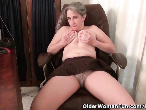 Старая 55 летняя начальница мастурбирует на работе под столом