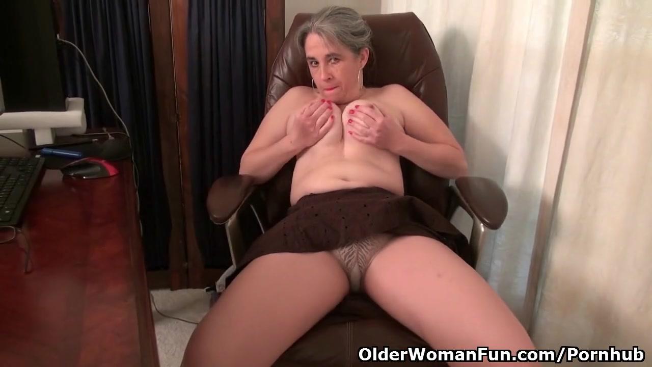 Старая мастурбирует фалосом
