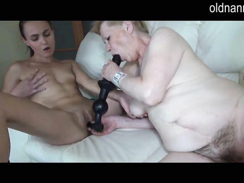 Бабушка совратила свою внучку на лесби инцест с ней