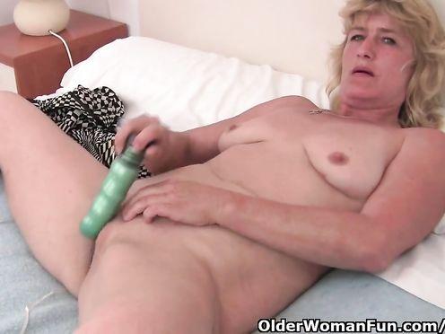 50 летняя толстая бабушка мастурбирует перед камерой внука