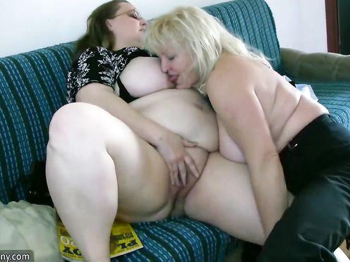 40 летняя баба лесбиянка трахает толстую 60 летнюю бабушку