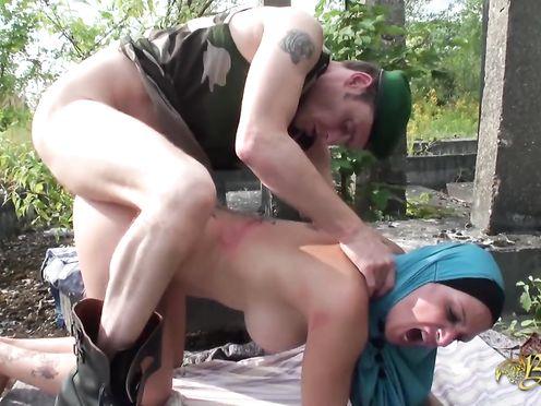 Солдат трахает мирную мусульманку в хиджабе в лесу