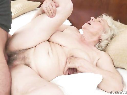 Молодой брюнет трахнул седую старушку и кончил на обвисшие сиськи