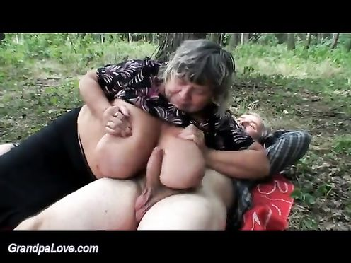 Дедушка в лесу трахает бабушку и внучку