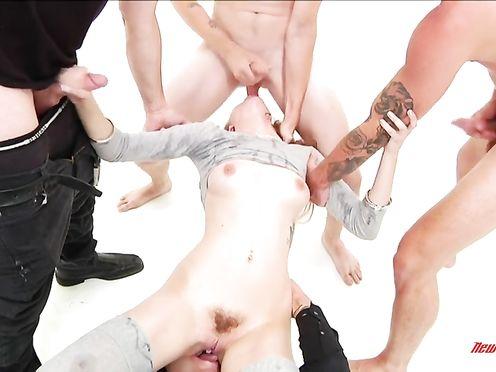 Вика сидит на члене а остальные мужики кончают ей на лицо