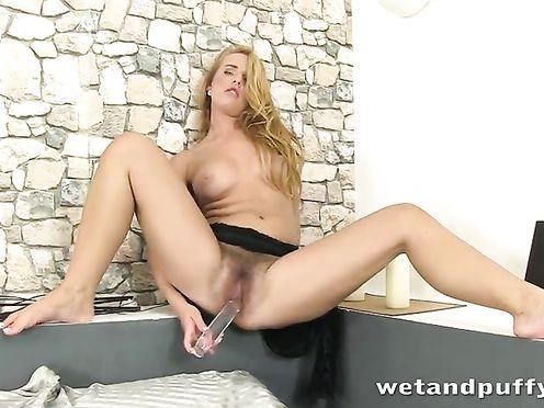 Блондинка надрачивает волосатую пизду надувным членом