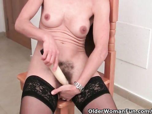 60 летняя бабуля мастурбирует вибратором волосатую манду