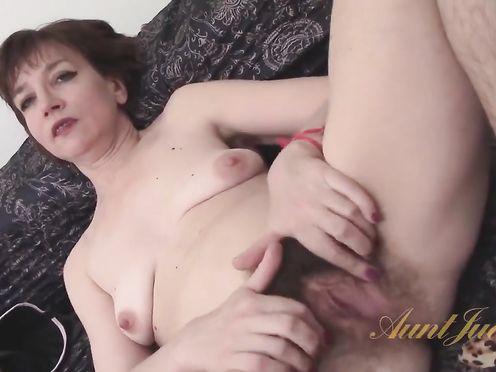 45 летняя женщина мастурбирует очень волосатое влагалище