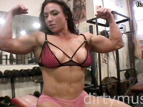 Брюнетка культуристка мастурбирует в тренажерном зале