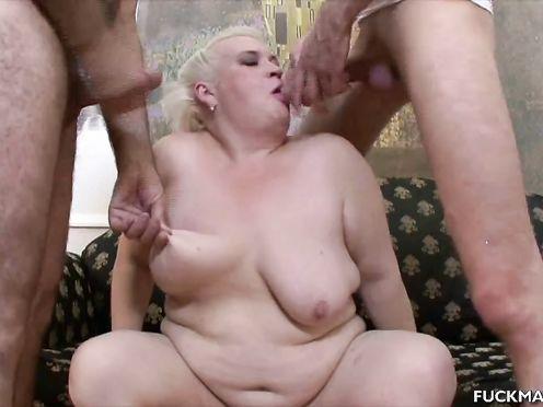 Толстая русская бабушка ебется с двумя молодыми парнями