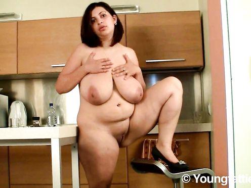 Толстушка с каре показывает голые сиськи 10 размера