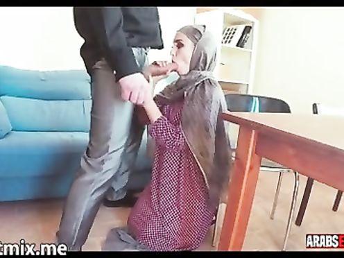 Арабка в хиджабе раздевается и лижет жопу мужу