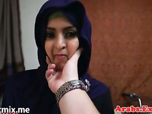 Мусульманская шлюха в паранже ебется с русским мужиком