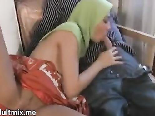 Мусульманка в зеленой паранже отсасывает хер у белого мужика