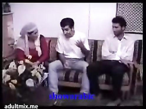 Мусульманка изменяет мужу с двумя арабами пока его нет дома