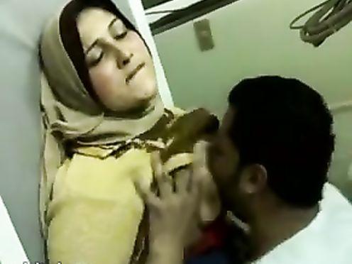 Снимает на телефон как трахает толстую мусульманскую жену в хиджабе