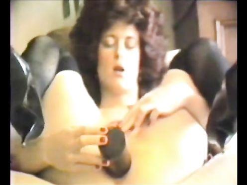 Кучерявая баба дрочит анус большим дилдо - видео 80-х годов