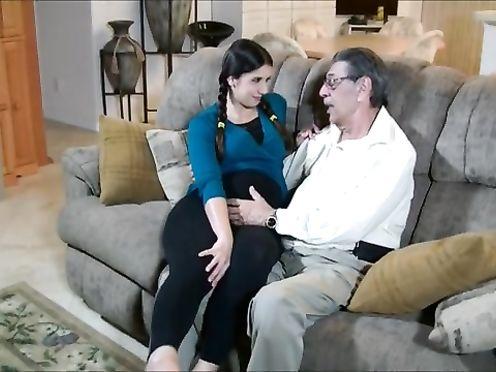 Старый дед выебал беременную внучку на диване