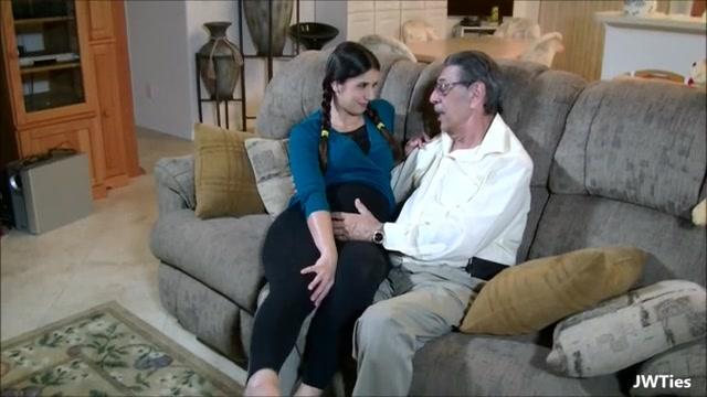 Старый дедушка ебет внучку в диване