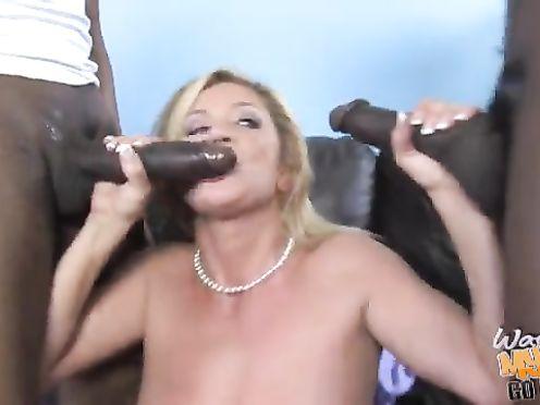 Негры выебали замужнюю блондинку в офисе на старом диване