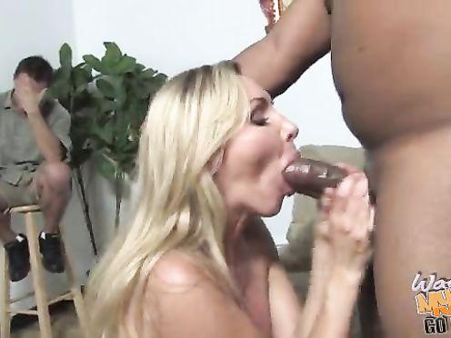 Муж с трудом смотрит как ебет его жену огромный негр