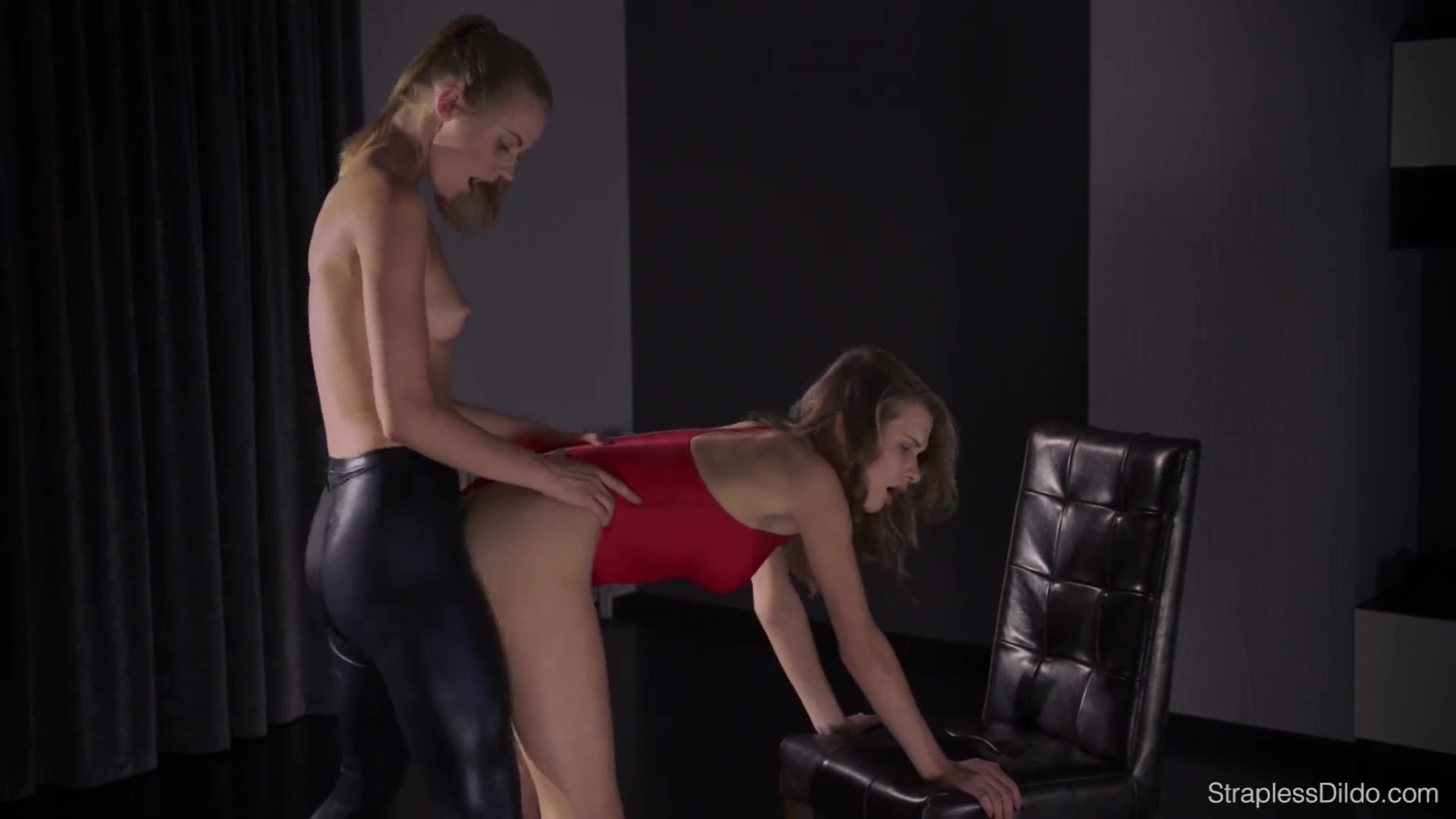 video-super-seks-lesbiyanok-ebut-v-zhopu-i-v-rot-konchaet