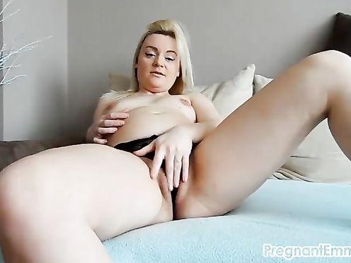 Беременная молодая блондинка мастурбирует волосатую киску