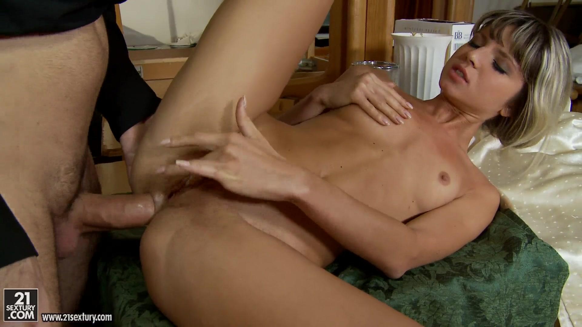 Порно видео разрыва целки