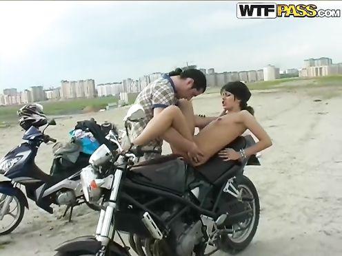 Байкер вывез тёлку за город и трахает ее на мотоцикле