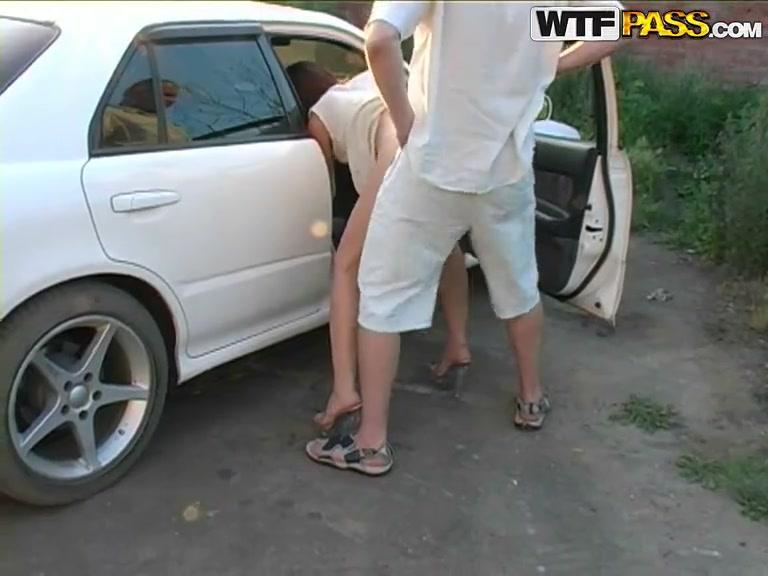 Трахает возле машины раком видео