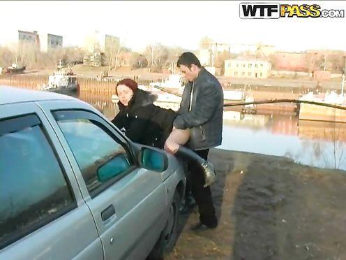 Вывезли толстушку за город и оттрахали на капоте машины
