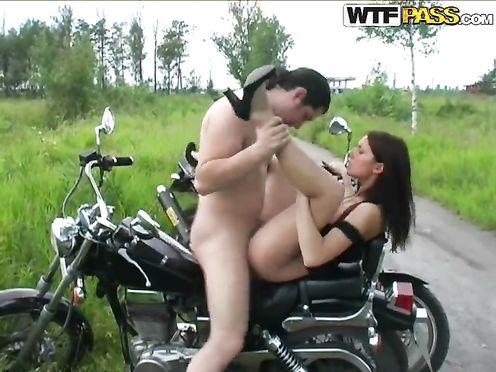 За катание на мотоцикле крошка расплатилась сексом