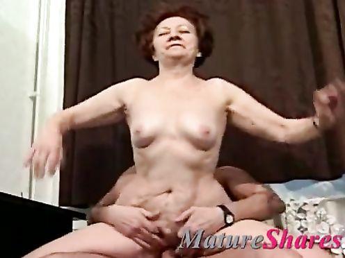 Молодой хорошо трахает обрюзшую бабушку