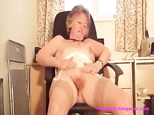 Бабушка в корсете мастурбирует волосатую пизду