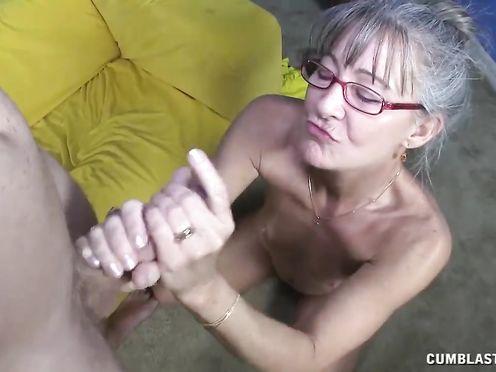 Седая бабка в очках дрочит член и сосет его