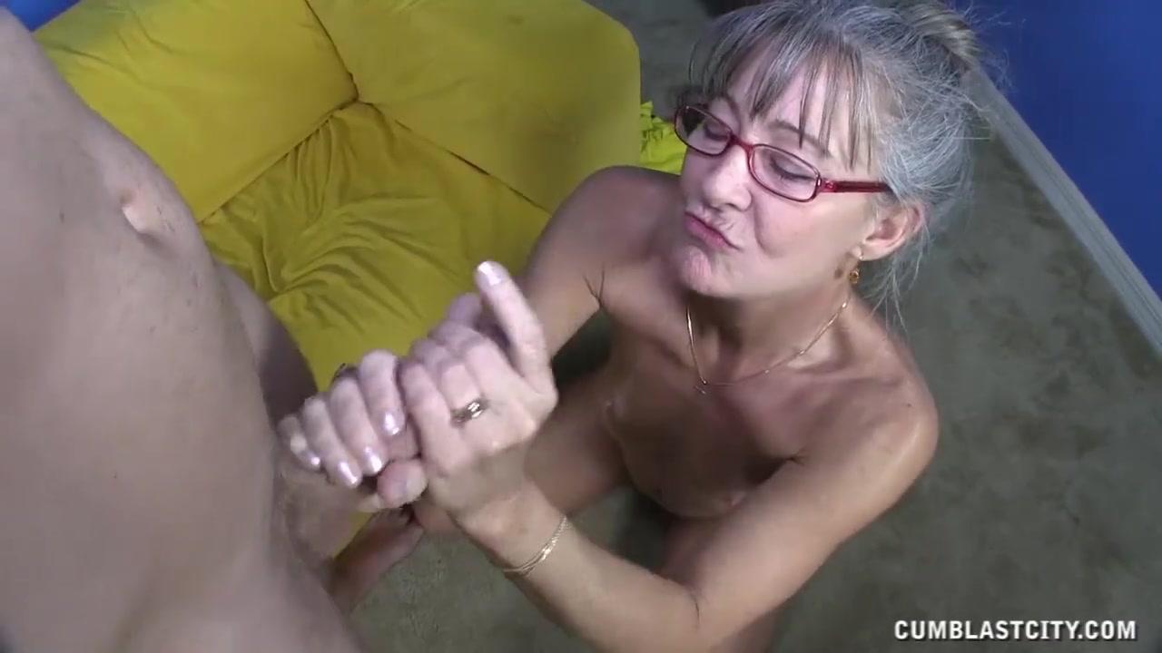 Бабушка дрочит парню видео
