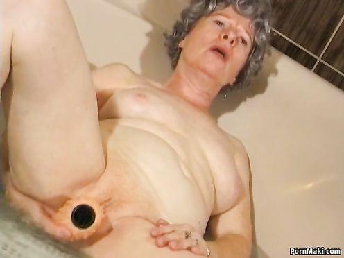 Бабушка мастурбирует пизду в джакузи