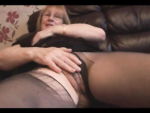 Бабушка в рваных колготках дрочит клитор