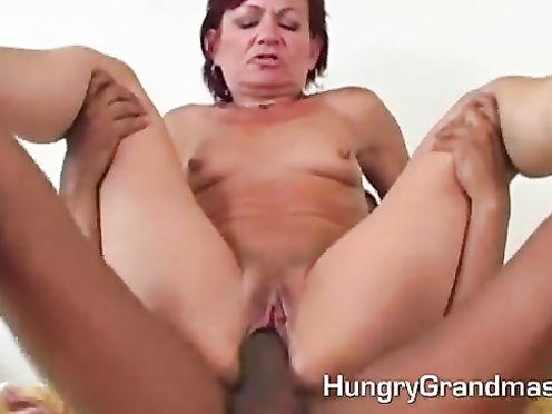Бабуля заплатила молодому парню за секс