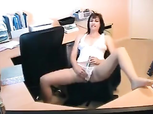 Юристка закрылась в кабинете и дрочит пизду вибратором